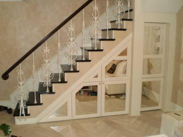 Используем пространство под лестницей. Встроенная мебель