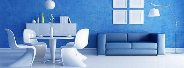 Классика синего и белого цвета. Интерьер гостиной в загородном доме